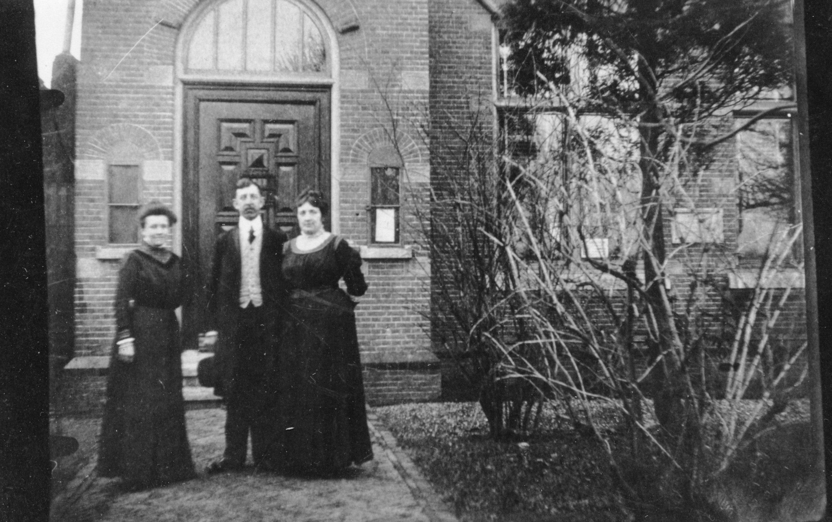 Burgemeester J.L.Verveen met rechts zijn vrouw en links zijn zuster (voor ingang Raadhuis)©L.Jongste(map 5)